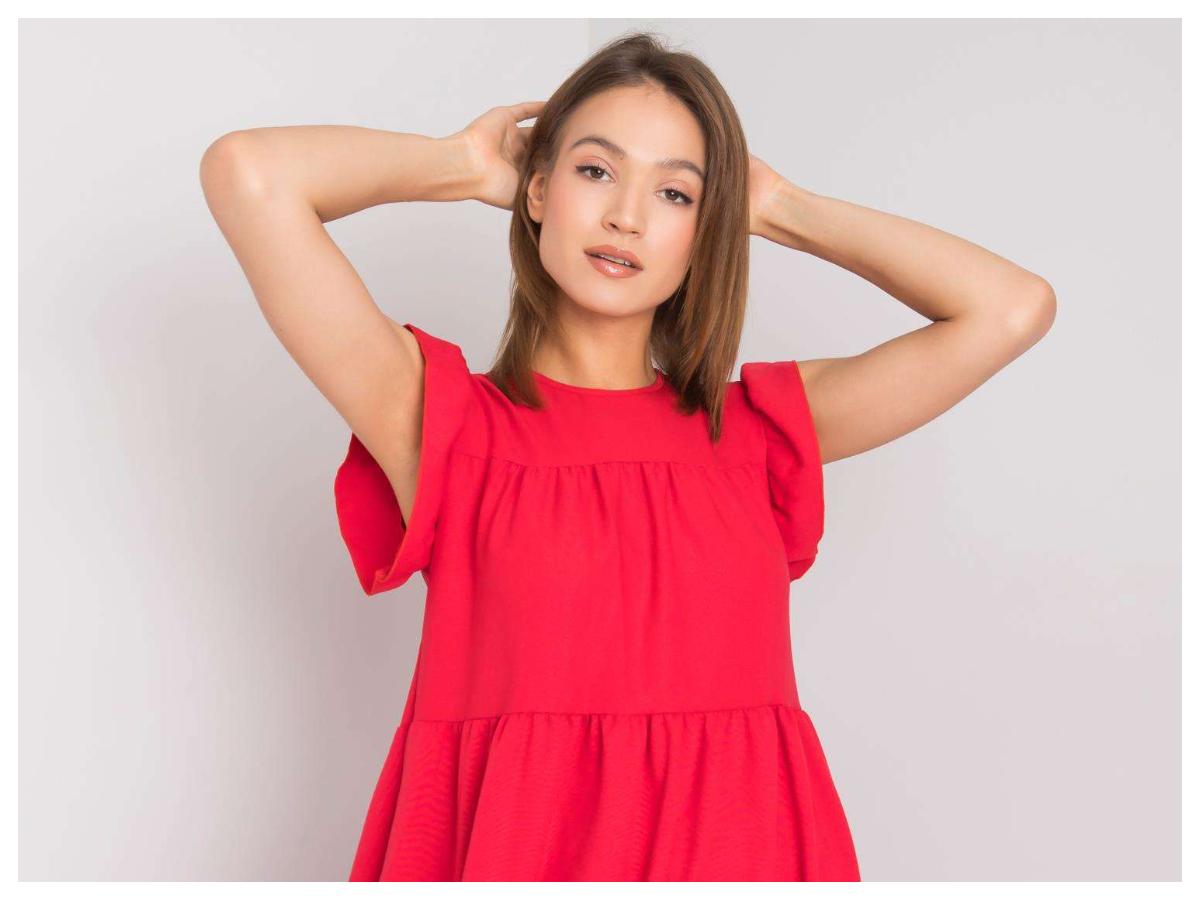 Modne dodatki do czerwonej sukienki