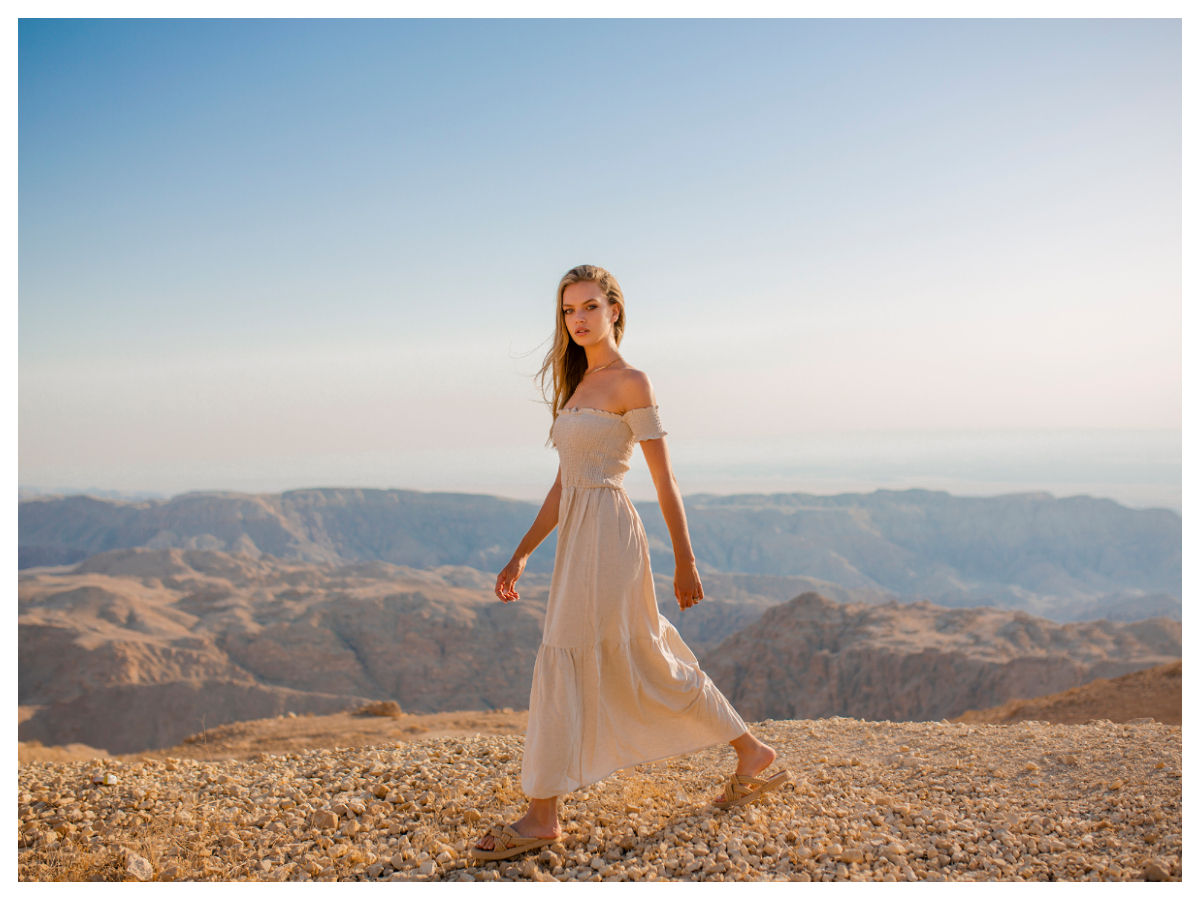 Sukienka na wesele dla świadkowej z odkrytymi ramionami